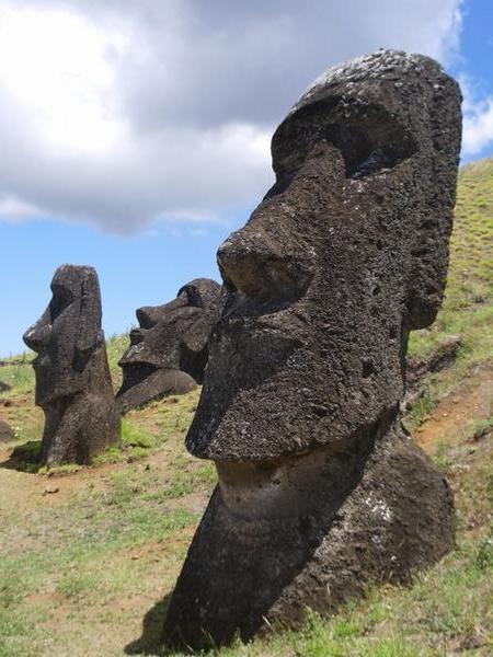 Las cabezas de los Moái tienen cuerpo y brazos esculpidos